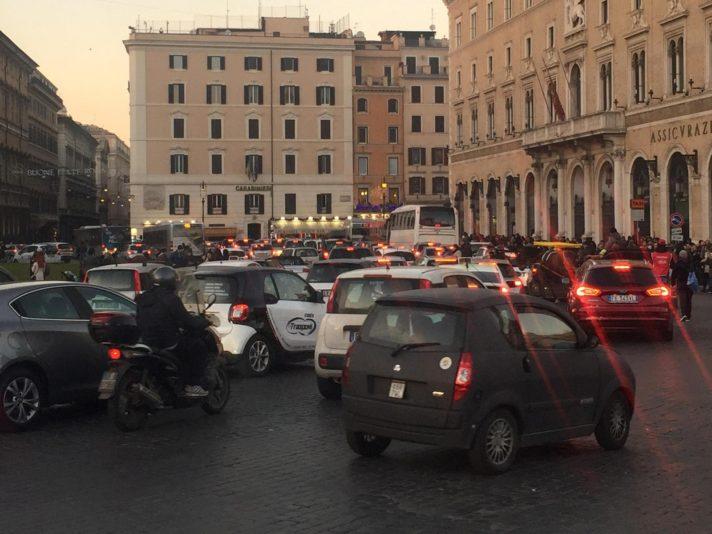 Capodanno: tanti romani e turisti a piedi,traffico in centro