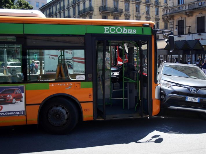 Incidenti stradali: scontro tra suv e autobus, lievi feriti