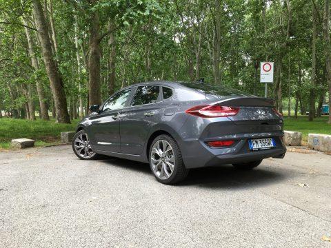 Hyundai i30 Fastback tre quarti posteriore
